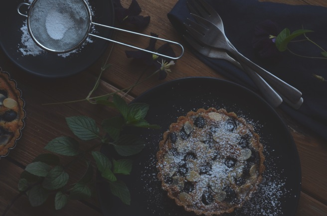 blueberry almond tarts with a whole wheat crust | conifères et feuillus food blog