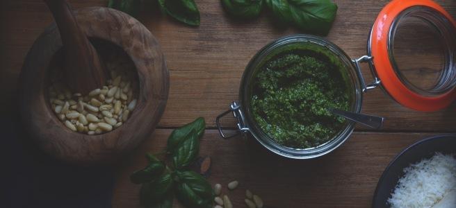 classic basil pesto recipe; conifères et feuillus